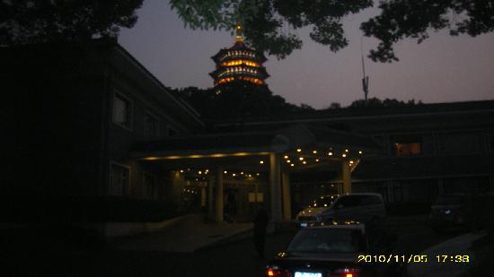 Zhejiang Xizi Hotel: 外景(边上就是雷峰塔哦)