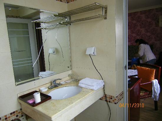 Guanglaifu Hotel(Polaris Branch): 镜子破了