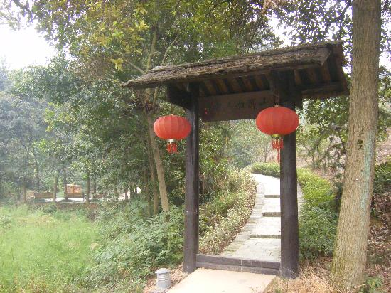 Zhou Libo Former Residence: 故居景点之一:山那面人家