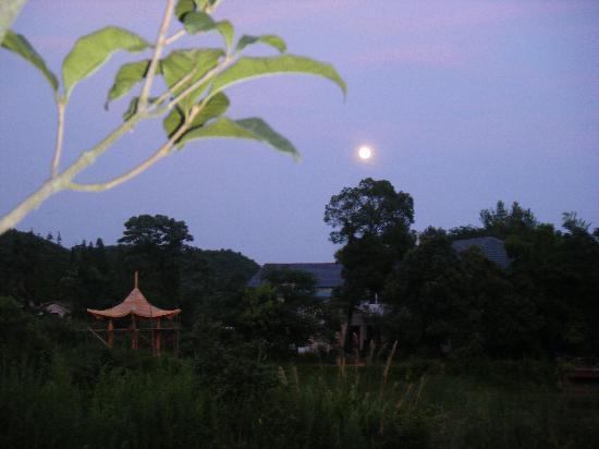 Zhou Libo Former Residence: 故居月夜