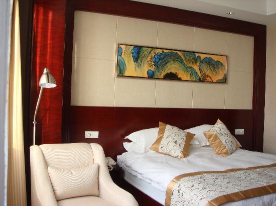 Tongdu International Hotel: 床很舒服,沙发躺着看书思考很不错