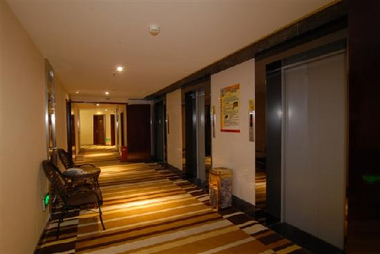 New Century Hotel: 酒店的三角路