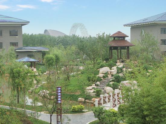 Aerka Diya International Hot Spring Hotel: 站在高处照的院子