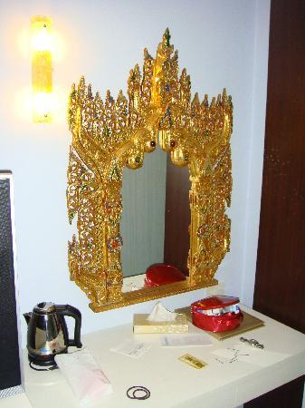 Chalong Beach Hotel and Spa: 别致的梳妆台