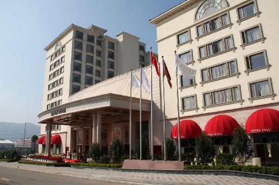 Winton Hotel: 酒店正门侧景