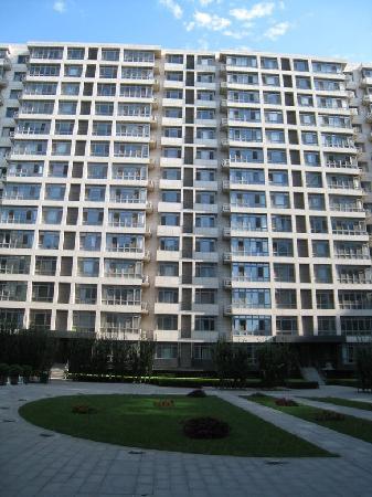 The Apartment On Financial Street: 酒店背面的广场绿地
