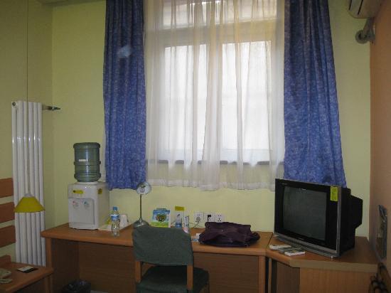 Home Inn (Tianjin Jinwei Road): 桌子电视等
