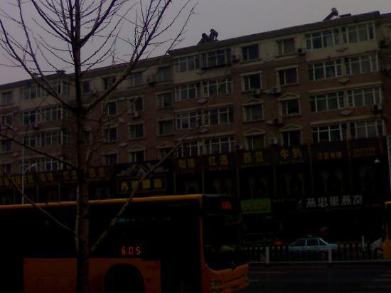 Wu Huan Hotel: 酒店马路对面