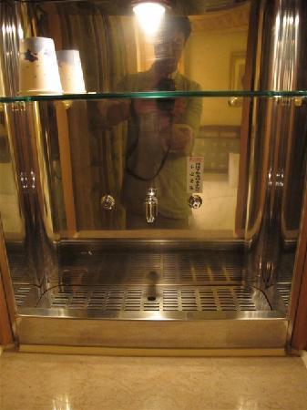 SLV Business Hotel : 内置饮水机看起来很窝心