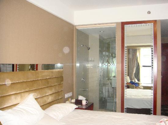 Edinburgh Holiday Hotel: 有惊喜的浴室