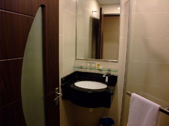 1 City Hotel: 浴室