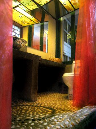 Dimple Inn Yangshuo West Street: 色戒洗手间