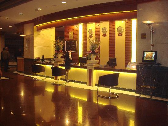 Longteng Grand Hotel : 晚上的大堂
