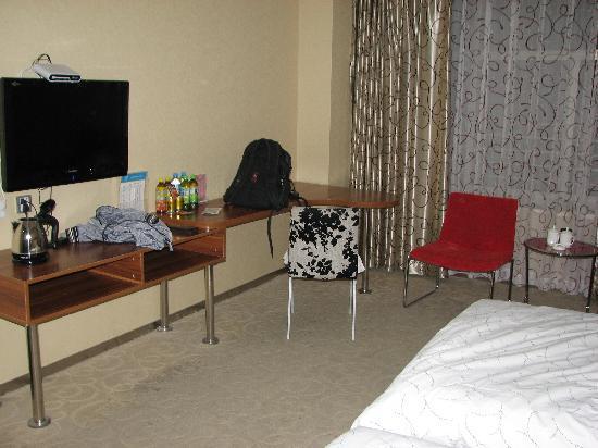 Landu Hotel : 房间内桌子