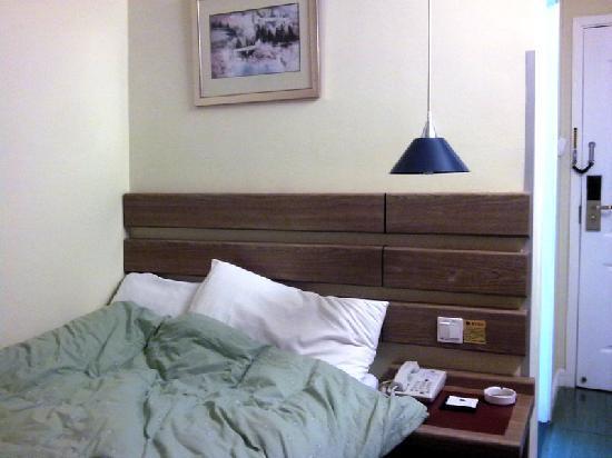 Home Inn (Shanghai Jiang Shu Road): 单人间 床铺