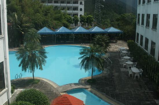 White Swan Training Center : 这是培训中心的配套游泳池,开放到晚上八点