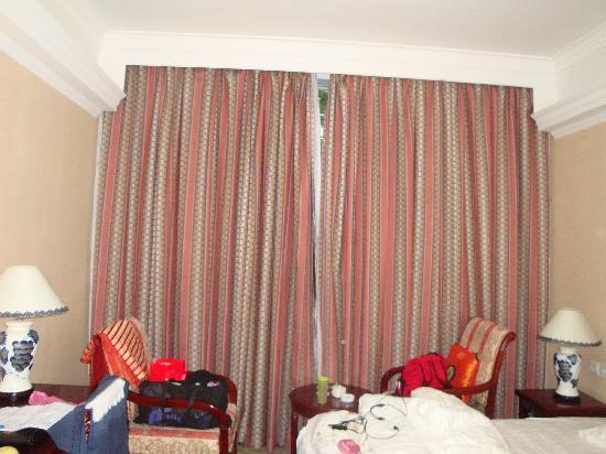 Darewa Hotel : 房间的窗口,还有我们的包包,哈哈
