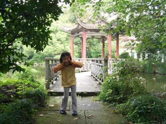 Hangzhou Huajiashan Resort: 孩子在酒店的院子里玩得很开心