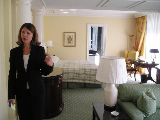 Baur au Lac: 酒店服务人员讲解房间设施