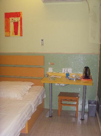 99 Inn (Shanghai Changzhong Road) : 房间一角,色彩搭配不错
