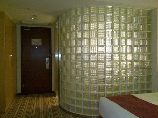 Holiday Inn Express Sanlin Shanghai: 卫生间的玻璃墙