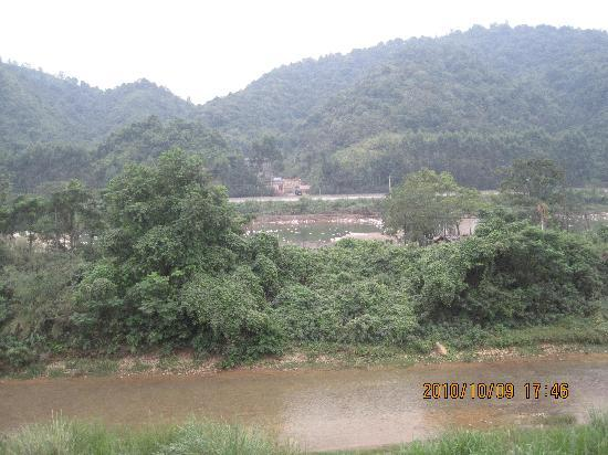 Caoxi Hot Spring Holiday Resort: 我住的71栋后的风景