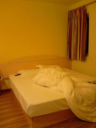7 Days Inn Guangzhou Zhongshan Yilijiao: 床(有点乱了哈)