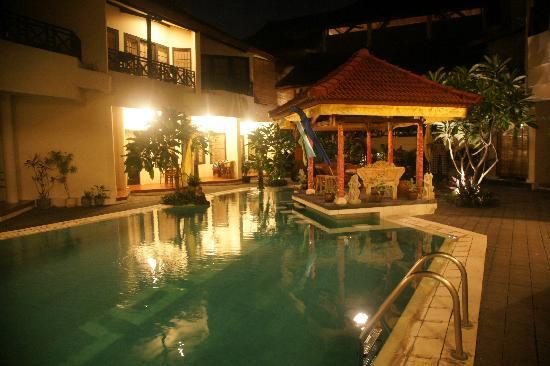 Hotel The Flora Kuta Bali: 游泳池