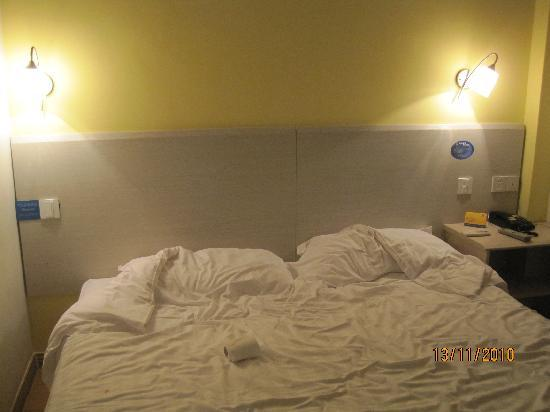 7 Days Inn (Wuxi Hubin Road) : 床。。。弄乱了。。。