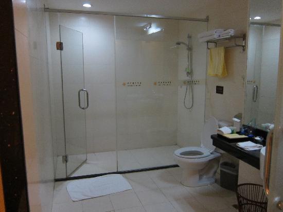 Yu Feng Business Hotel: 卫生间很干净整洁,也很大。