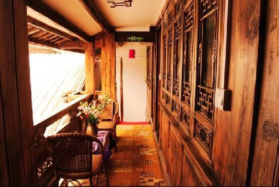 One Way Street Hostel Lijiang: 2楼标间走廊阳台
