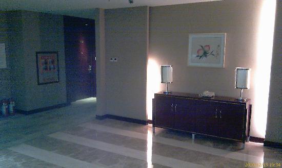Tian Rui Business Hotel: 一出电梯门的走廊一角