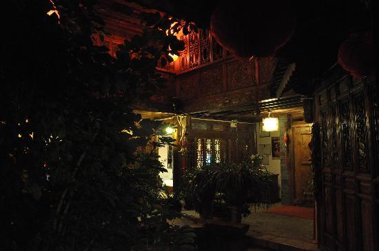 Bashilai Inn Lijiang Bayi: 晚上的客栈