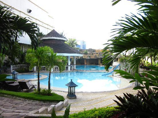 Waterfront Cebu City Hotel & Casino: swimming pool in the garden