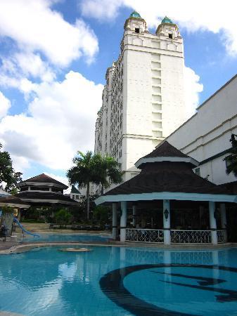 Waterfront Cebu City Hotel & Casino: pool & main building