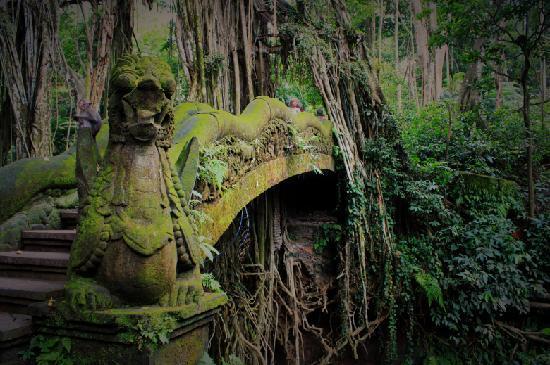 Bali, Indonesia: UBUD猴子林的石雕桥