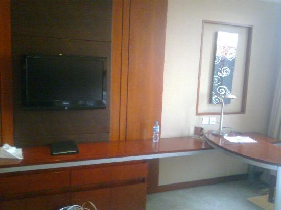 Changcheng Beishan Hotel: 电视和书桌