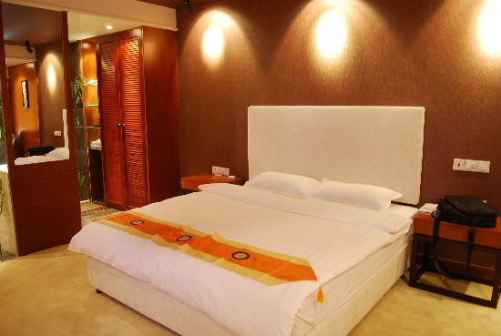 Jinguan Impression Apartment Hotel: 刚到酒店 右手边的电脑包还没打开