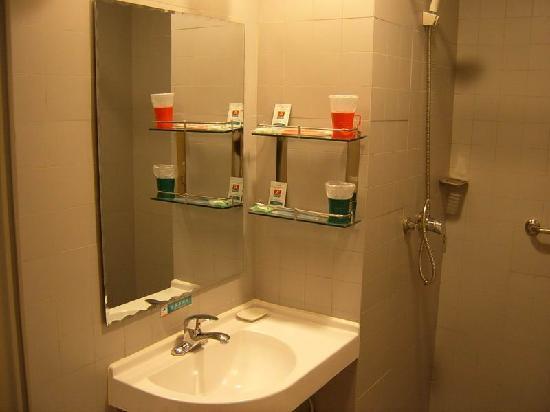 Jinjiang Inn Zhuji Xishi Guli: 卫生间里的摆设也是红绿两色