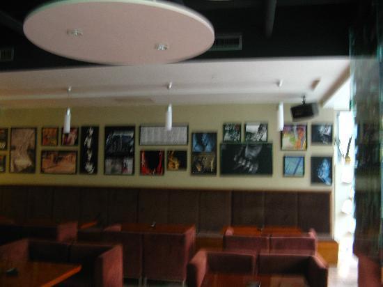 Super 8 (Urumqi Bayinhe): 酒店里面的八音咖啡屋