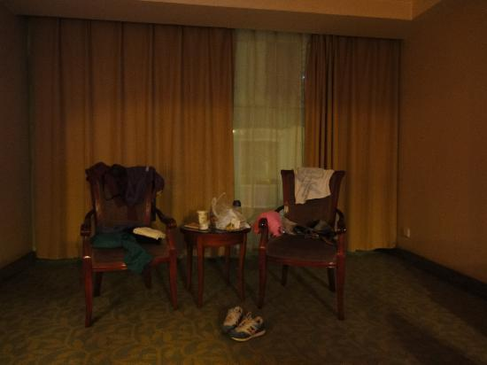 GreenTree Inn Luoyang Peony Square Business Hotel: 大落地窗