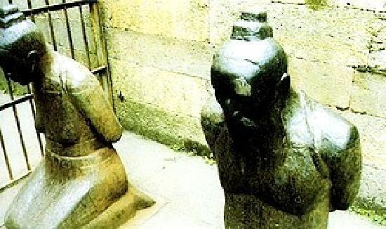 Yue Fei Mausoleum (Tomb of Yuefei) : 跪在岳飞坟前的秦浍夫妇铜像