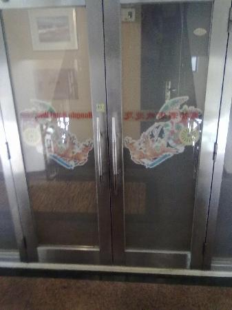 Hongdu Hotel: 上8楼的隔门