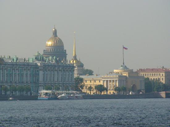 St. Petersburg, Russia: 在涅瓦河畔远眺圣彼得堡
