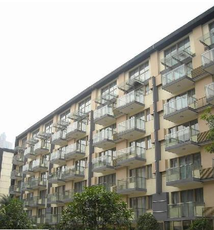 J. Real Residence Suites: 酒店院子
