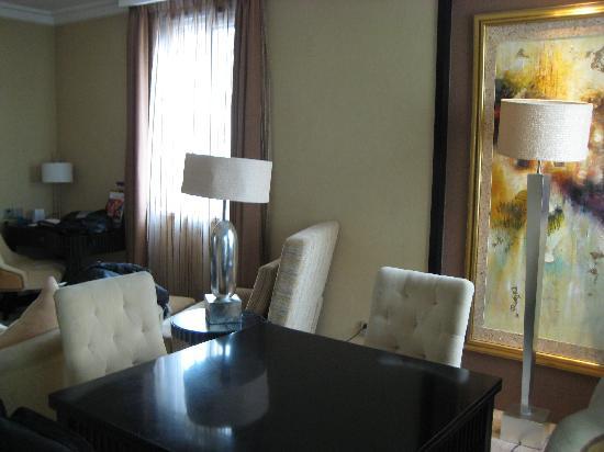 Palm Beach Resort Shanghai: 政要套房的餐桌,把台板移开,变成麻将桌