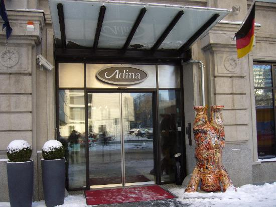 Adina Apartment Hotel Berlin Checkpoint Charlie: 酒店门口倒立的柏林熊