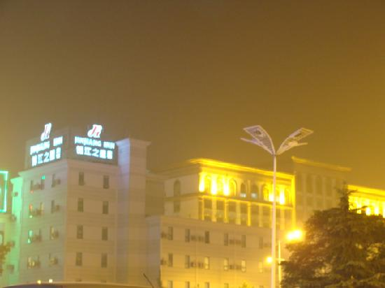 Jinjiang Inn (Linyi Railway Station): 火车站广场看锦江~