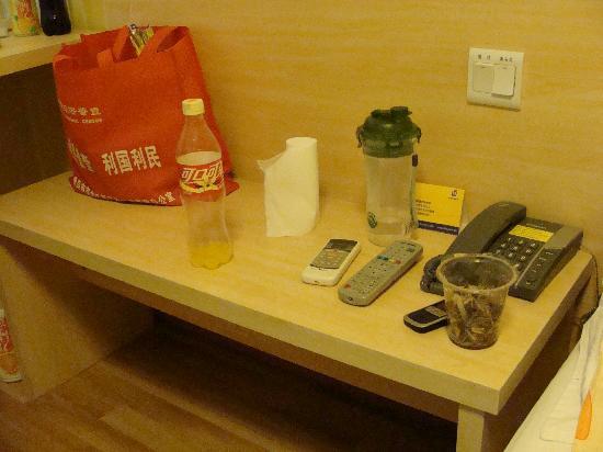 7 Days Inn (Nanjing Jiefang Road): 对着床的小桌~