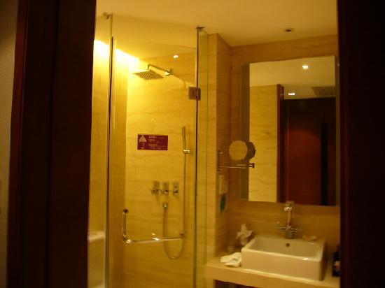 Golden Bay Resort: 卫生间